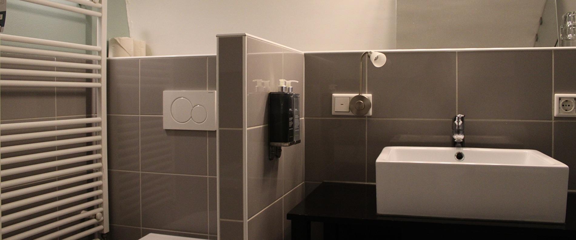 Court Canal Room Bathroom